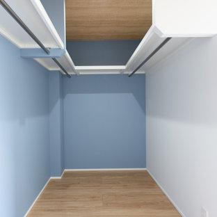 Diseño de armario vestidor unisex y papel pintado, pequeño, con suelo de contrachapado y papel pintado