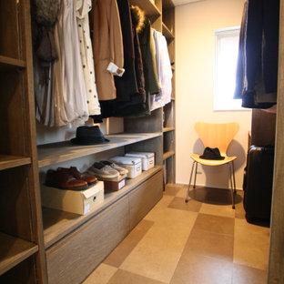 Idee per una cabina armadio unisex con ante marroni, pavimento in vinile, pavimento multicolore e soffitto in carta da parati