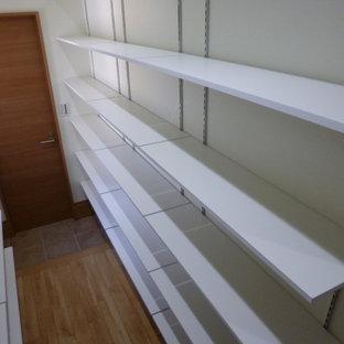 Modelo de armario vestidor escandinavo con suelo de baldosas de porcelana y suelo beige