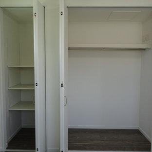 Diseño de armario y vestidor contemporáneo con suelo de madera pintada y suelo marrón
