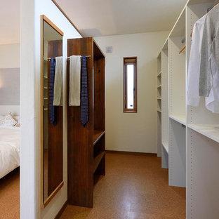 Diseño de armario vestidor unisex con armarios abiertos, puertas de armario blancas, suelo de corcho y suelo marrón