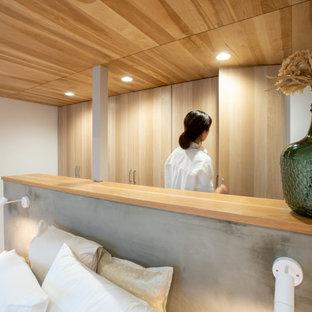 Diseño de armario unisex y madera, romántico, con puertas de armario de madera clara y suelo de madera en tonos medios