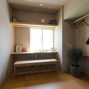 Imagen de armario vestidor unisex, asiático, de tamaño medio, con suelo de corcho y armarios con puertas mallorquinas