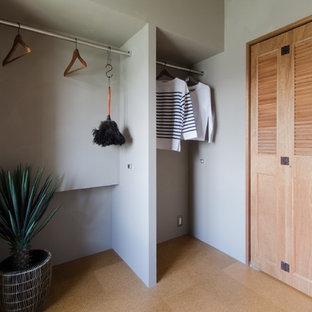Modelo de armario vestidor unisex, de estilo zen, de tamaño medio, con armarios con puertas mallorquinas y suelo de corcho