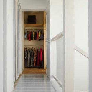 Foto de armario unisex, asiático, pequeño, con suelo de madera clara