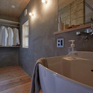 На фото: маленькая гардеробная комната унисекс в скандинавском стиле с открытыми фасадами, светлыми деревянными фасадами, светлым паркетным полом, коричневым полом и деревянным потолком