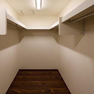 Modelo de armario vestidor unisex y papel pintado, moderno, grande, con suelo de contrachapado, suelo marrón y papel pintado
