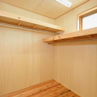 Foto de armario vestidor asiático, pequeño, con suelo de madera clara