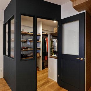 Modelo de armario vestidor vintage, pequeño, con armarios abiertos, suelo de madera en tonos medios y suelo marrón