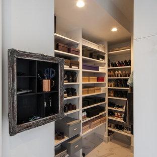 他の地域の中サイズのモダンスタイルのおしゃれな収納・クローゼット (セラミックタイルの床、白い床) の写真
