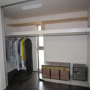 Modelo de armario vestidor de mujer, minimalista, grande, con suelo de contrachapado y suelo marrón