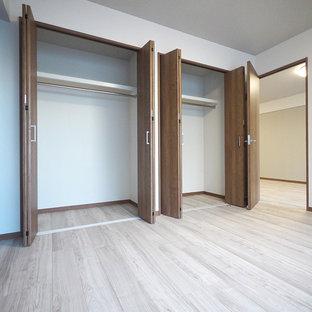 Ejemplo de armario rural con puertas de armario de madera oscura, suelo de contrachapado y suelo beige