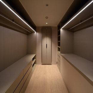 Ejemplo de armario vestidor de estilo zen, pequeño, con puertas de armario beige