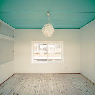 他の地域の大きい女性用北欧スタイルのおしゃれなウォークインクローゼット (オープンシェルフ、白いキャビネット、淡色無垢フローリング、ベージュの床) の写真