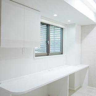 Bild på ett stort funkis walk-in-closet för könsneutrala, med öppna hyllor, vita skåp, linoleumgolv och vitt golv