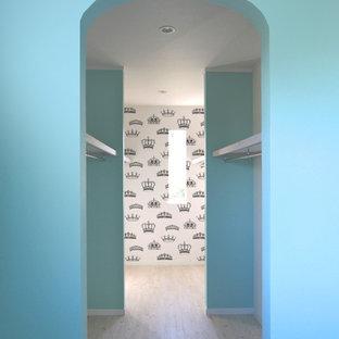 Imagen de armario vestidor unisex, clásico, de tamaño medio, con armarios abiertos, puertas de armario blancas, suelo de baldosas de cerámica y suelo blanco