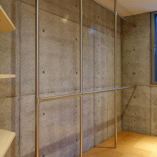 Idee per una cabina armadio minimalista con nessun'anta, ante in legno chiaro e pavimento in sughero
