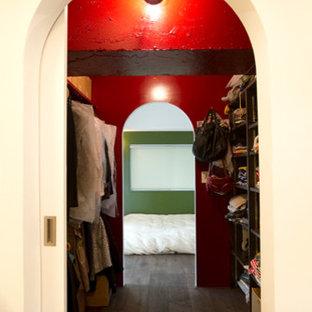 Ejemplo de armario vestidor de mujer, de estilo zen, de tamaño medio, con armarios abiertos, puertas de armario de madera en tonos medios y suelo de madera oscura