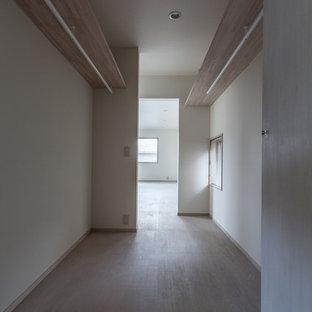 Modelo de armario y vestidor de hombre, minimalista, pequeño, con armarios abiertos, puertas de armario de madera clara y suelo de contrachapado