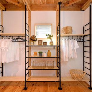 Imagen de armario industrial con suelo de madera en tonos medios y suelo marrón