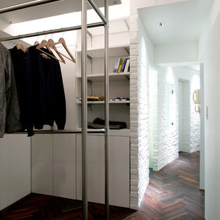 Ejemplo de armario de hombre, romántico, de tamaño medio, con armarios abiertos, puertas de armario blancas y suelo de madera oscura