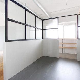 Imagen de armario vestidor unisex, rural, con suelo de baldosas de cerámica y suelo gris