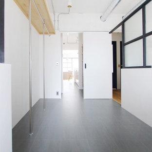 東京23区の男女兼用ラスティックスタイルのおしゃれなウォークインクローゼット (セラミックタイルの床、グレーの床) の写真