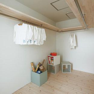 Imagen de armario vestidor nórdico con suelo de madera clara y suelo beige