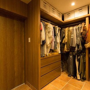 大阪の男女兼用ラスティックスタイルのおしゃれなフィッティングルーム (テラコッタタイルの床、中間色木目調キャビネット、オレンジの床) の写真