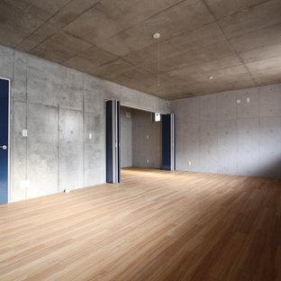 Esempio di una grande taverna moderna con pareti grigie, sbocco, pavimento in compensato e pavimento beige
