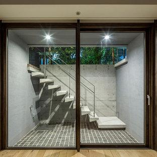 Immagine di una taverna minimal seminterrata con pareti bianche e pavimento in compensato
