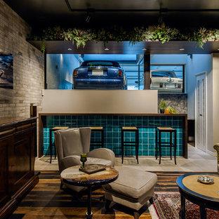 Esempio di una taverna contemporanea seminterrata con pareti grigie, pavimento in legno verniciato e pavimento multicolore