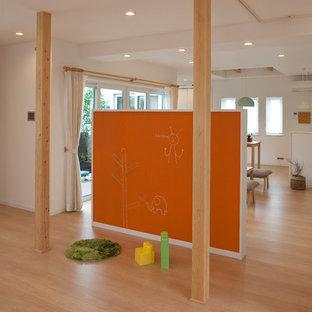 Ejemplo de dormitorio infantil de 4 a 10 años, minimalista, con paredes blancas, suelo de contrachapado y suelo beige