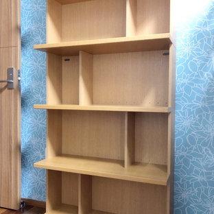 Inspiration pour une petit chambre d'enfant nordique avec un mur bleu, un sol en contreplaqué et un sol marron.