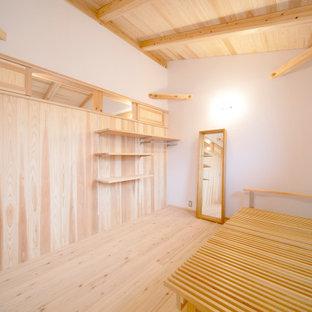 Idée de décoration pour une petit chambre d'enfant avec un mur blanc, un sol en bois clair, un sol beige, un plafond en bois et boiseries.