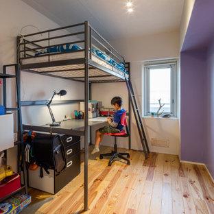Réalisation d'une petit chambre de garçon de 4 à 10 ans minimaliste avec un bureau, un mur blanc, un sol en bois brun, un sol beige, un plafond en lambris de bois et du lambris de bois.