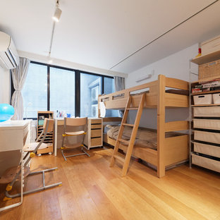 Inspiration for an asian gender-neutral kids' study room in Tokyo with white walls, medium hardwood floors and beige floor.