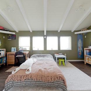 他の地域のトランジショナルスタイルの寝室の画像 (緑の壁、濃色無垢フローリング)