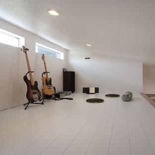 Ispirazione per una cameretta per bambini da 4 a 10 anni minimalista con pareti bianche, pavimento in compensato e pavimento bianco