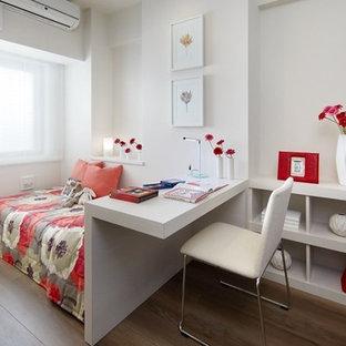 Diseño de dormitorio infantil moderno, de tamaño medio, con escritorio, paredes blancas, suelo de contrachapado y suelo beige