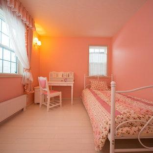 Ispirazione per una cameretta da bambina mediterranea con pareti rosa e pavimento in legno verniciato