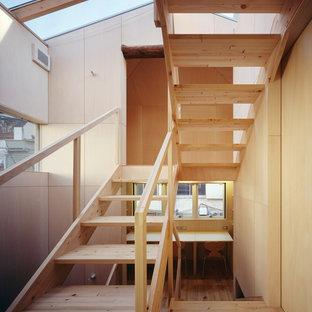 Diseño de dormitorio infantil madera, escandinavo, pequeño, madera, con escritorio, paredes beige, suelo de madera clara, suelo beige y madera