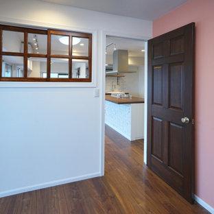 Inspiration för ett mellanstort skandinaviskt barnrum kombinerat med sovrum, med rosa väggar, plywoodgolv och brunt golv