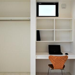 Imagen de habitación de niño de 1 a 3 años, moderna, con escritorio, paredes blancas, suelo de contrachapado y suelo blanco