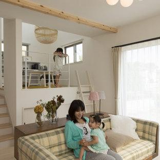 Idéer för att renovera ett mellanstort skandinaviskt könsneutralt barnrum kombinerat med lekrum och för 4-10-åringar, med vita väggar, målat trägolv och vitt golv