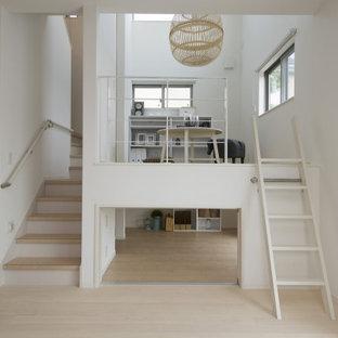 Idées déco pour une chambre d'enfant de 4 à 10 ans scandinave de taille moyenne avec un mur blanc, un sol en bois peint, un sol blanc, un plafond en papier peint et du papier peint.