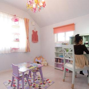 Modelo de habitación de niña de 4 a 10 años, mediterránea, con paredes blancas, suelo de contrachapado y suelo blanco
