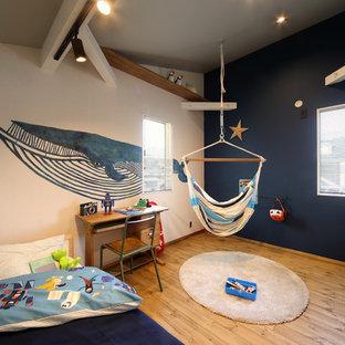 他の地域のビーチスタイルのおしゃれな男の子の部屋 (マルチカラーの壁、無垢フローリング、茶色い床) の写真
