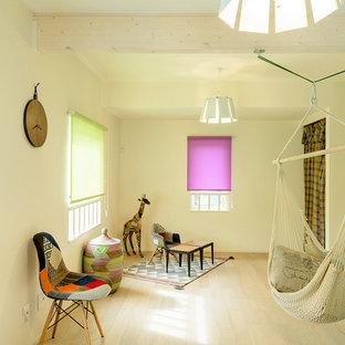 他の地域, のコンテンポラリースタイルのおしゃれな遊び部屋 (白い壁、淡色無垢フローリング、茶色い床) の写真