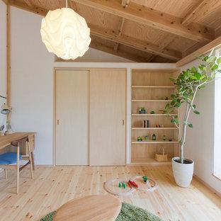 Стильный дизайн: нейтральная детская с игровой в скандинавском стиле с белыми стенами, светлым паркетным полом и бежевым полом для ребенка от 4 до 10 лет - последний тренд